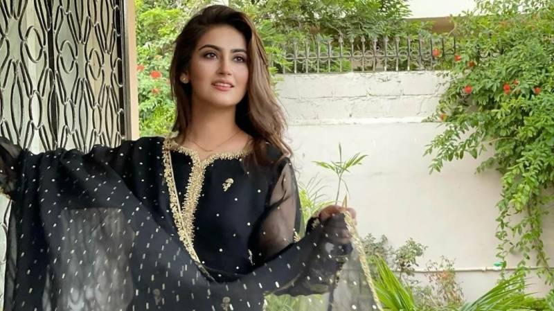Hiba Bukhari enthralls admirers with her melodious voice (VIDEO)