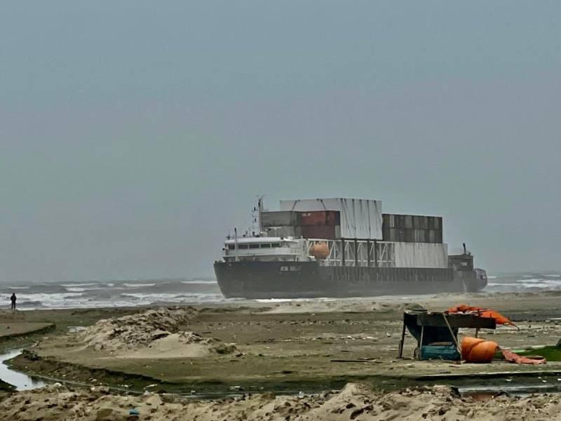 Rescue tugs arrive tomorrow to salvage giant cargo ship in Karachi