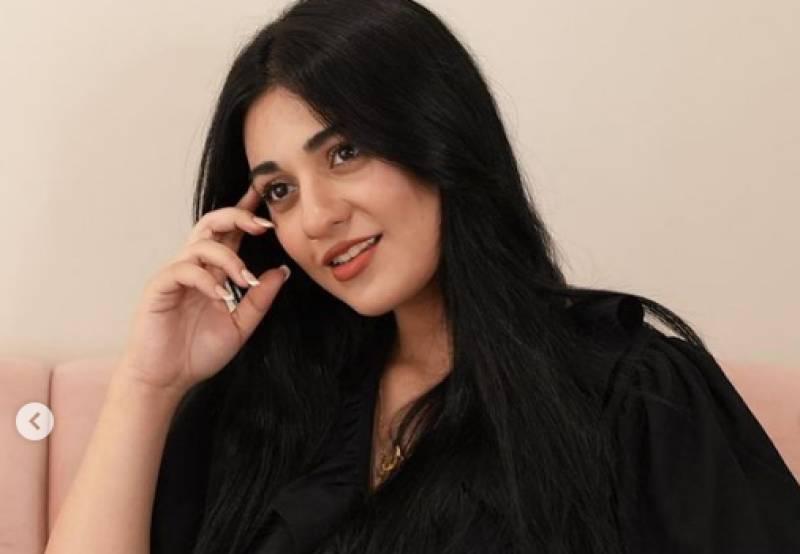 Sarah Khan flaunts baby bump in new photos