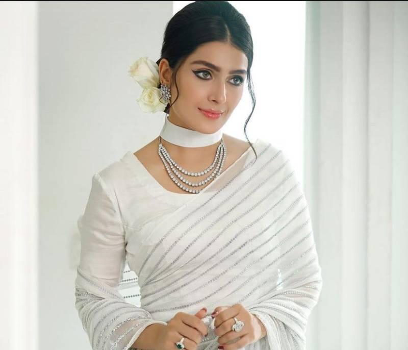 Ayeza Khan recreates Madam Noor Jehan's iconic look, video goes viral