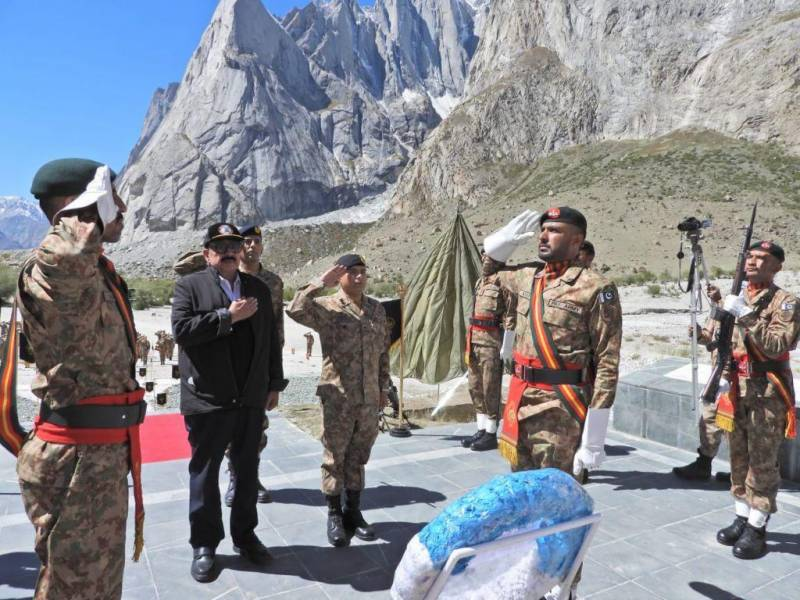 Pakistan's interior minister visits Siachen, pays tribute to martyrs for their sacrifices (VIDEO)