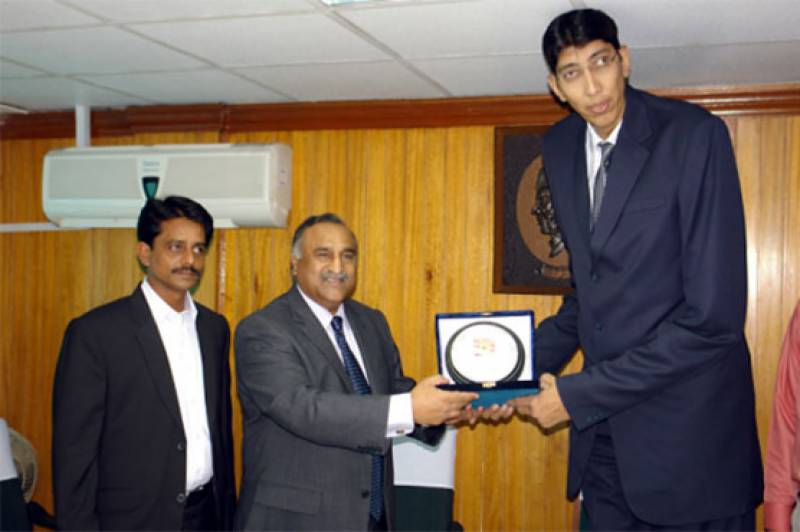 Sindh govt to pay for treatment of Pakistan's second tallest man