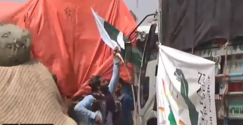 Taliban arrest four border guards over removing Pakistan flag from aid truck