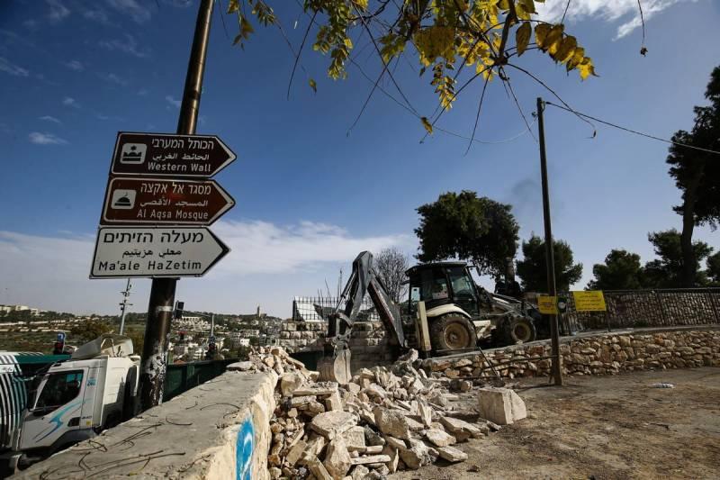 Israel flattens Muslim graveyards near Al-Aqsa Mosque