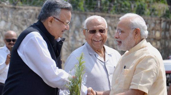 Jagdalpur: Prime Minister Narendra Modi is received by Chhattisgarh Chief Minister Raman Singh in Jagdalpur on Saturday. PTI Photo (PTI5_9_2015_000032B)