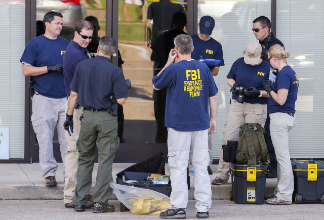 epa04849691 Members of a Federal Bureau of Investigations (FBI) Evidence Response Team set up outside a US Military Recruiting storefront after a shooting in Chattanooga, Tennessee, USA, 16 July 2015. Authorities say the shootings at two different locations left four US Marines and the gunman Mohammod Youssuf Abdulazeez dead. EPA/ERIK S. LESSER