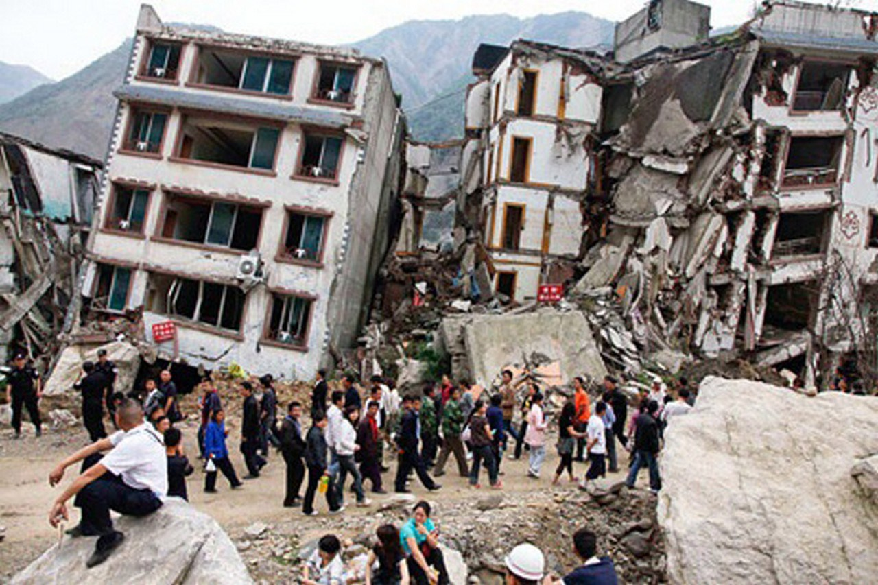 (150425) -- KATHMANDU, April 25, 2015 (Xinhua) -- Photo taken on April 25, 2015 shows collapsed buildings after an earthquake in Kathmandu, capital of Nepal. Death toll in Nepal climbed to 711, the country's Home Ministry said Saturday afternoon, hours after a major earthquake struck the country. (Xinhua)