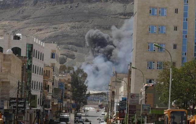 Smoke rises from the site of a Saudi-led air strike in Yemen's capital Sanaa September 18, 2015. REUTERS/Khaled Abdullah