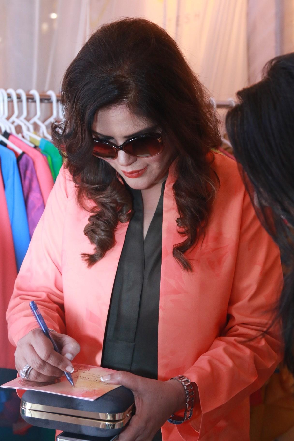Zeenat Aman giving out an autograph at Shaan-e-Pakistan day 2
