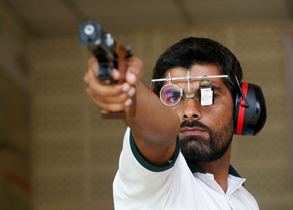 Ghulam Mustafa Bashir aims his pistol during a practice session at the Pakistan Navy Shooting Range in Karachi, Pakistan, on July 29, 2016. Photo: Reuters