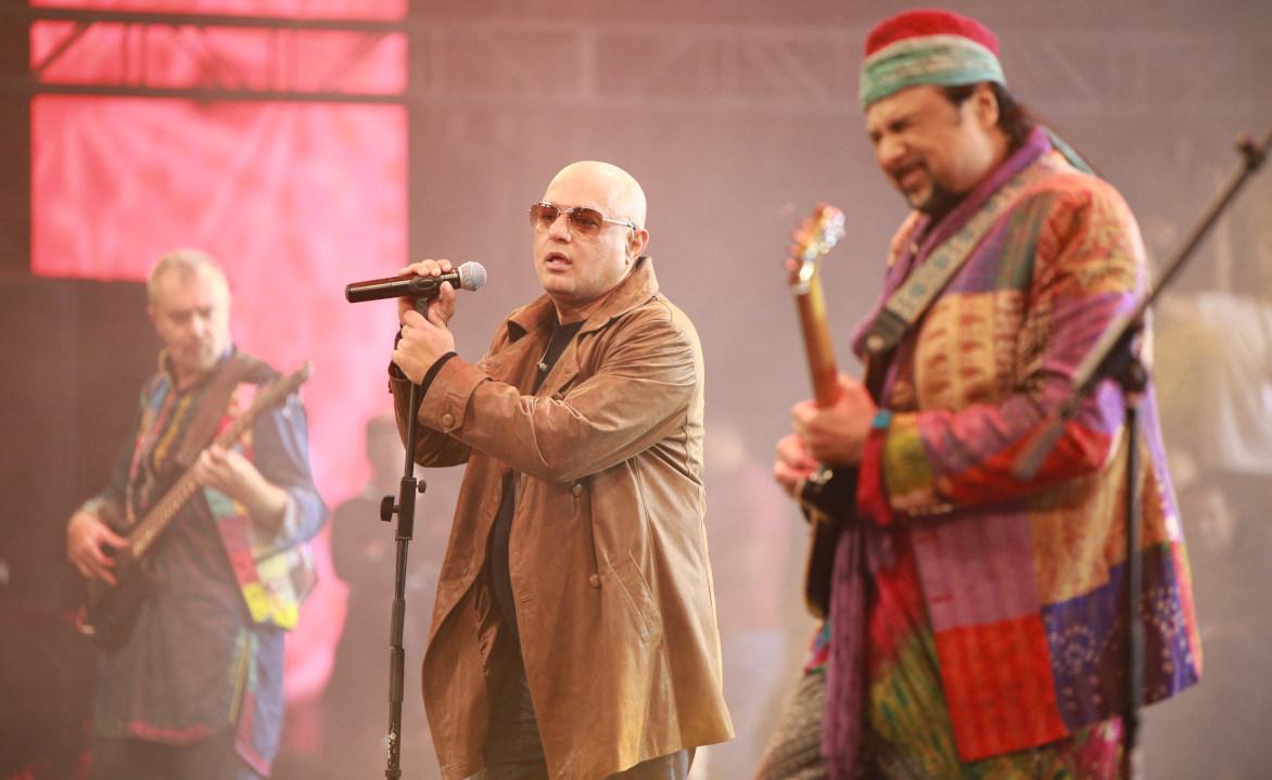 Brian, Ali Azmat, and Salman Ahmed play at Junoon reunion 2018 - Image: Walnut media